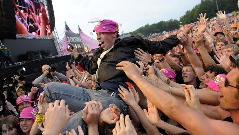 Crowdsurfen tijdens het optreden van Green Day zaterdag tijdens Pinkpop 2010 op evenemententerrein Megaland in Landgraaf. Foto ANP Beeld
