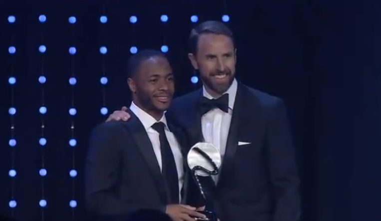 Raheem Sterling (l) krijgt de trofee uit handen van Engels bondscoach Gareth Southgate.