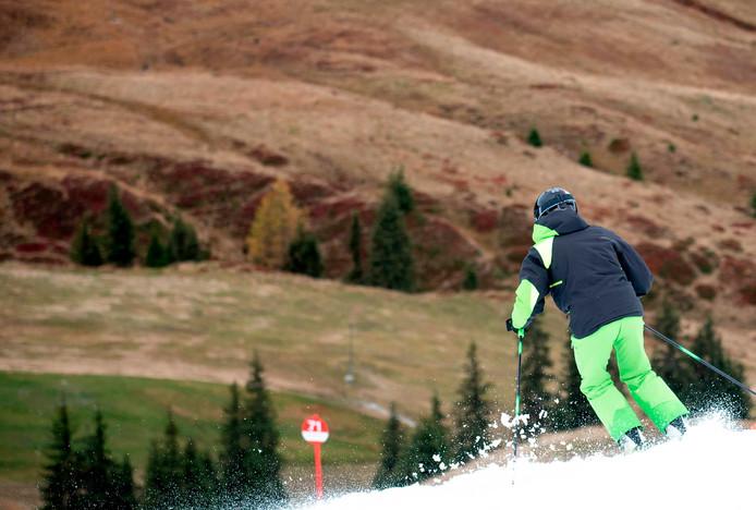 Een van de eerste skiërs van dit jaar in het Oostenrijkse Kitzbühel.