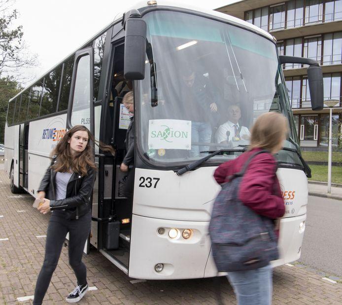 De bus van Saxion voor studenten uit de Achterhoek die rechtstreeks naar de hogeschool in Enschede rijdt zit dagelijks helemaal vol. Zonder deze bus kunnen veel studenten niet op tijd op school zijn.