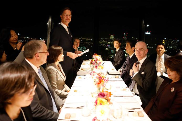 Minister-president Mark Rutte biedt minister-president Shinzo Abe van Japan een diner aan in de Euromast.