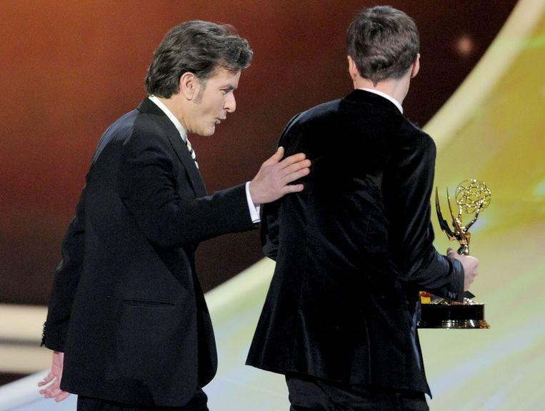 Charlie Sheen met Jim Parsons na uitreiking van de Award. Beeld ap