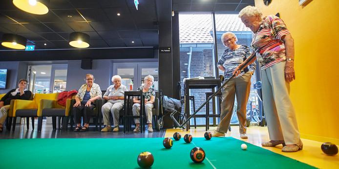 Cultureel centrum Nesterle bestaat vijf jaar. Op de foto leden van de KBO tijdens het spel Koersbal. Fotograaf: Van Assendelft/Jeroen Appels
