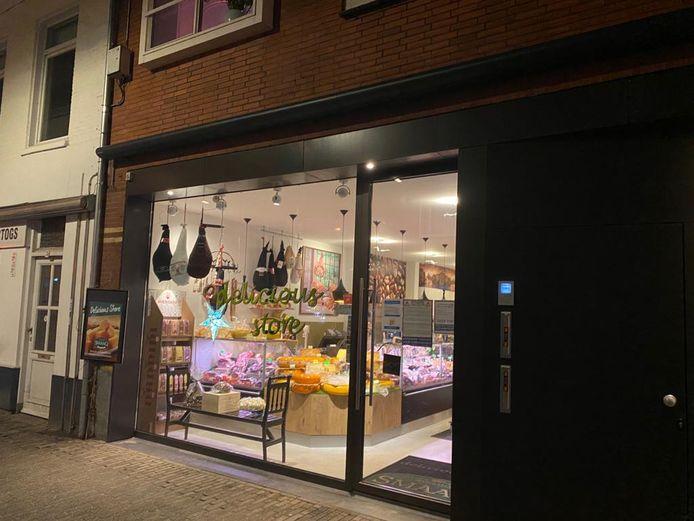 Een mondkapjescontrole bij de winkel Delicious Store in Eindhoven liep vrijdagmiddag uit de hand. Twee agenten raakten gewond.