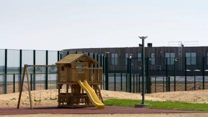 """15 organisaties naar Raad van State tegen opsluiting gezinnen met kinderen: """"Uitermate verwerpelijke praktijk"""""""