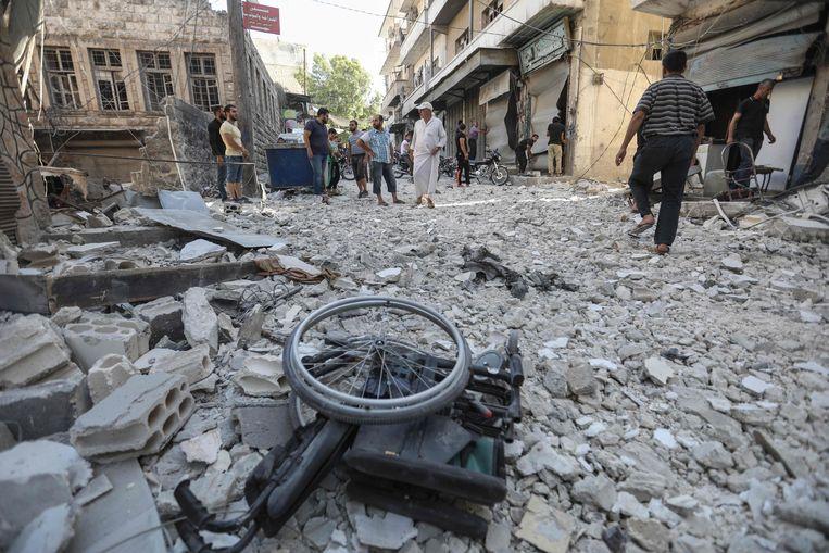 Een rolstoel tussen het puin in Ariha, Idlib. Tijdens bombardementen door het Syrische regime en haar Russische bondgenoot werden 20 burgers gedood, onder wie 5 kinderen.