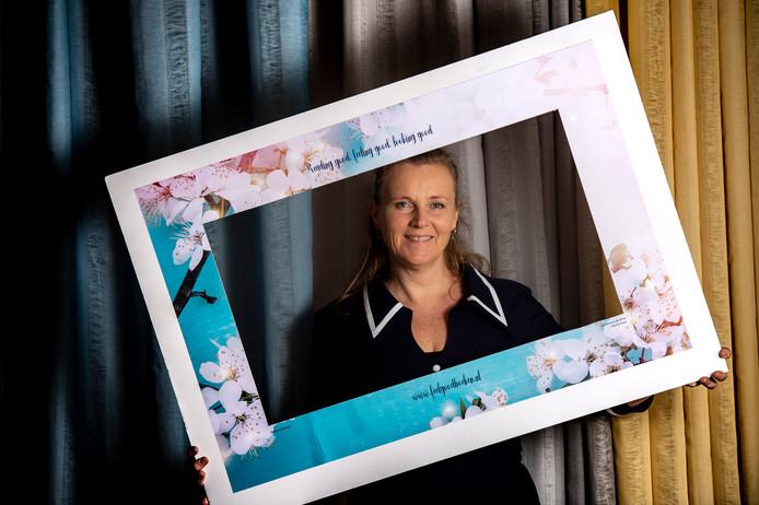 De Apeldoornse schrijfster Nanda Roep heeft haar eerste feelgood-roman gepresenteerd.