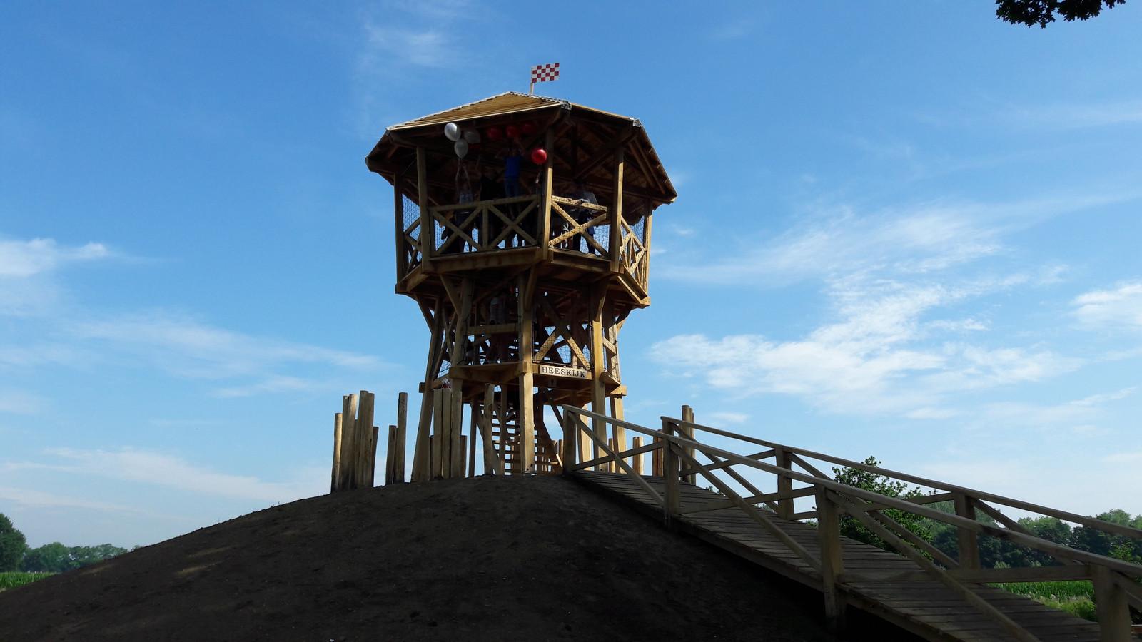 De uitkijktoren langs de N279 is maandag geopen door Tjeu Wijgergangs uit Heeswijk-Dinther en gedeputeerde Christophe van der Maat.