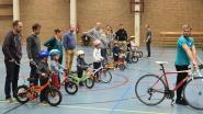 Kinderen leren in sporthal fietsen zonder wieltjes