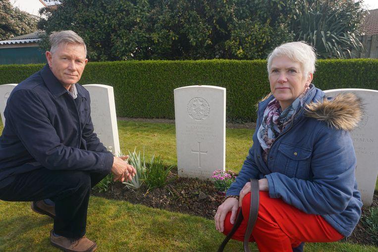 Mel en Cath Ballinger bij het graf van oom Robert.