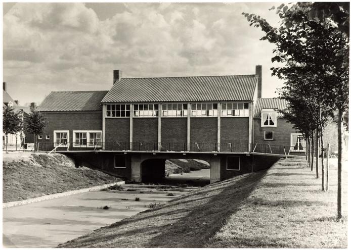 Kreekgebouw Klundert in 1956, nog voor er een baksteenschildering op de gevel was geplaatst.