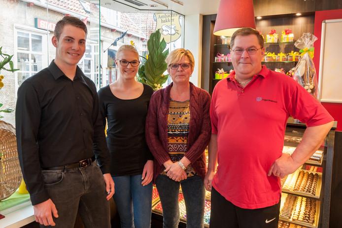 Zoon Sander, dochter Stefanie en het bakkersechtpaar Rian en André van Oost en  (vlnr) in de winkel aan de Botermarkt.
