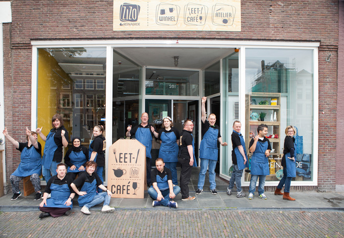 Medewerkers van ZiZo voor hun zaak aan de Oudegracht.