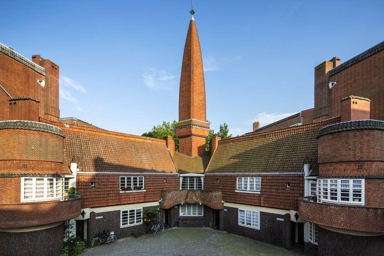 De binnenplaats van het bijzondere huizenblok van architect Michel de Klerk, bijgenaamd Het Schip, aan het Amsterdamse Spaarndammerplantsoen. Beeld Io Cooman