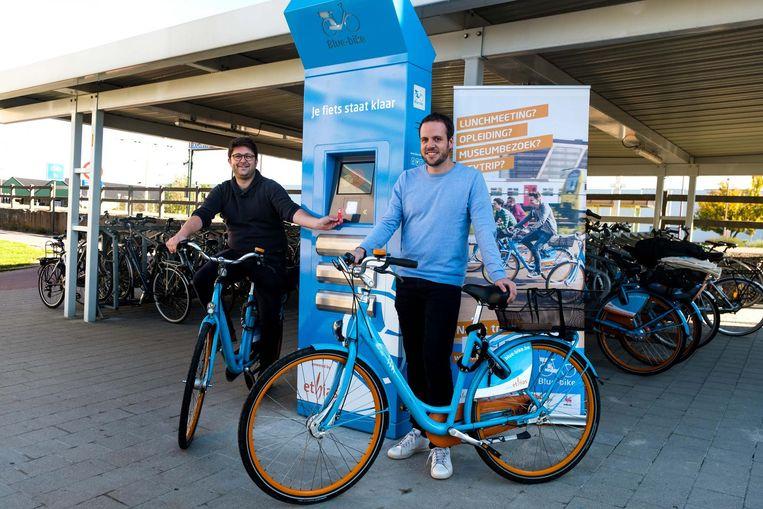 Willem Wevers en Wouter Verbeeck bij het nieuwe Blue-Bike-punt.