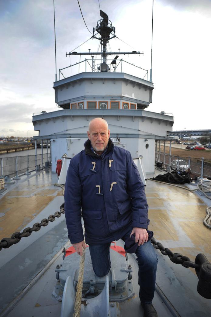 Voorzitter Niek Peters van Stichting Maritiem Erfgoed Vlissingen op de bijna geheel opgeknapte brug van de Mercuur.