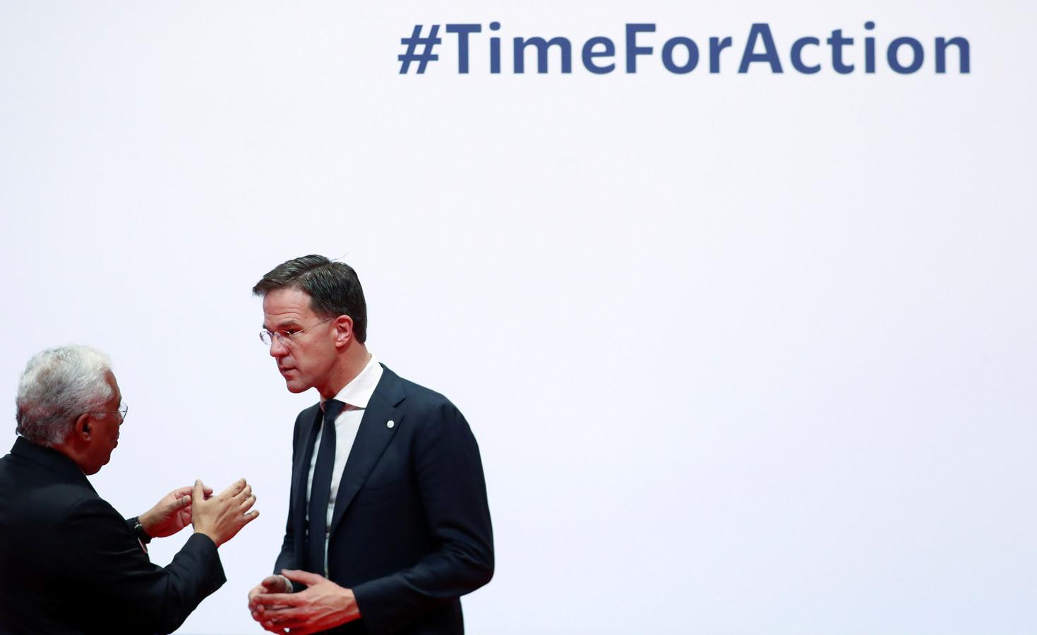 Mark Rutte vandaag bij de opening van de klimaattop in Madrid in gesprek met de Portugese premier Antonio Costa.