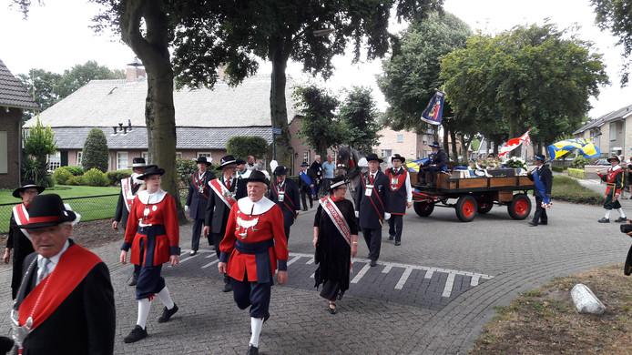 Er liepen 13 gilden uit de regio mee in de stoet na afloop van de kerkdienst tijdens de uitvaart van Ruud van der Linde.