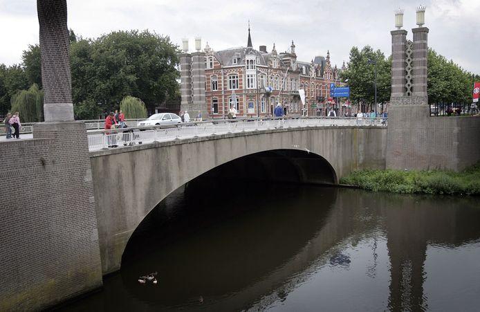 De Wilhelminabrug is een verzamelplaats voor onder anderen cliënten van Novadic-Kentron.