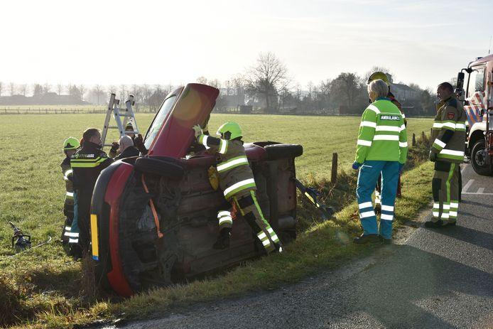 Auto belandt in sloot Groesbeek