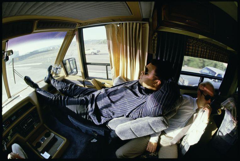 Verenigde Staten, Los Angeles, 10-12-1985. Muhammad Ali ligt comfortabel in zijn mobile home. Hij is op weg naar een party in San Diego die Libanese vrienden die avond geven. Beeld null