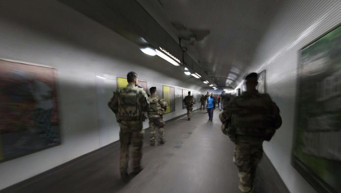 Parijs heeft dinsdag vijf metrolijnen gedeeltelijk stilgelegd. Dat deed de stad uit veiligheidsoverwegingen, meldt de krant Le Figaro.