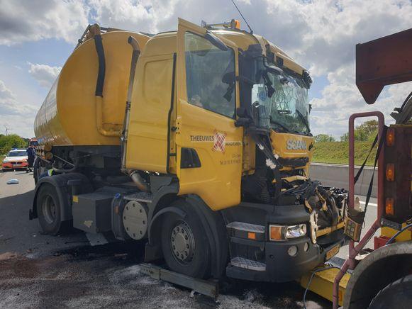 De bestuurder van de gele vrachtwagen moest bevrijd worden uit zijn cabine.