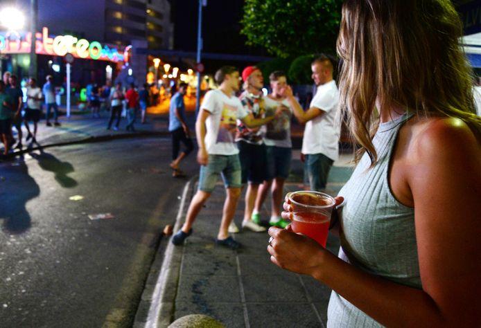In vakantieoord Magaluf op Mallorca moest de politie al bars sluiten omdat toeristen zich niet aan de regels hielden.