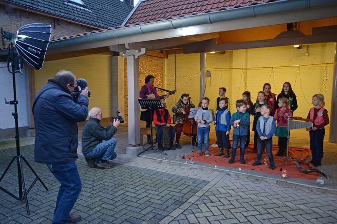 Joop van Houdt (tweede van links, gehurkt) maakte voor kerstavond nog een film ter vervanging van de traditionele volkskerstzangdienst in Zierikzee