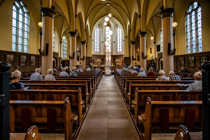 Tijdens de eucharistieviering zondag in de kerk in Lettele is het druk. Toch lopen bezoekersaantallen al jaren terug en wordt er gevreesd voor de sluiting van het kerkgebouw.
