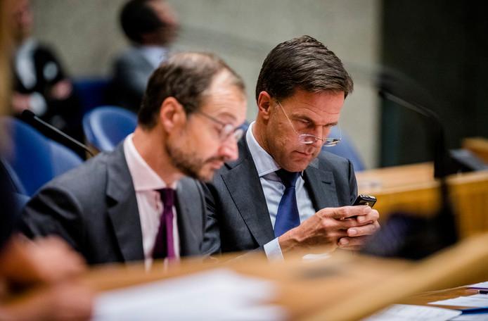 Minister Eric Wiebes van Economische Zaken en Klimaat (VVD) en Premier Mark Rutte tijdens een debat over het uitstellen van de klimaatakkoord-doorrekening presentatie door minister-president Rutte.