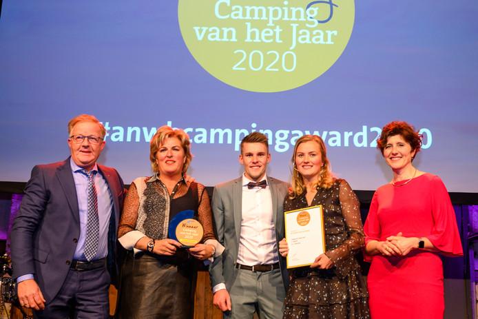 Anne-Sophie Kat, eigenaar van camping de Kleine Wolf in Stegeren draagt de Camping van het Jaar-award op aan haar ouders (links). Hiermee bedankt ze haar ouders die 35 jaar keihard hebben gewerkt om de camping naar een hoog niveau te tillen.