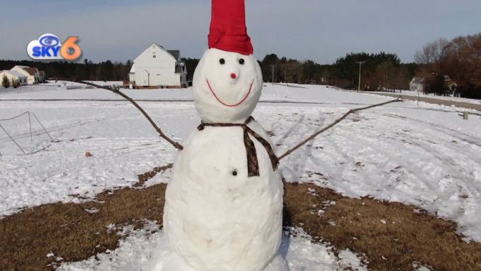 Familie werkt drie dagen aan sneeuwman van meer dan zes meter hoog