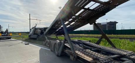 Truck belandt in berm langs Margareta van Oostenrijkstraat
