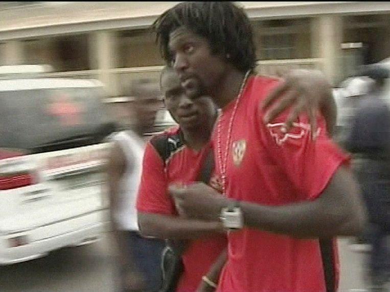 Adebayor wordt geholpen door een hulpverlener na de terroristische aanval op de spelersbus van Togo in 2010. Ze waren op weg naar Angola om er een wedstrijd voor de Afrika Cup af te werken.