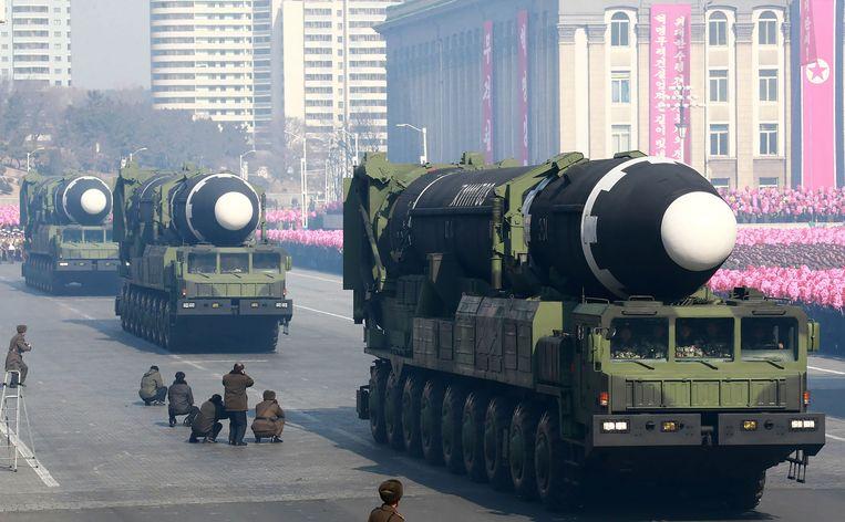 De langeafstandsraket Hwasong-15 tijdens een militaire parade in februari in Pyongyang. Het Witte Huis ziet het als een goed teken dat Noord-Korea de raket, die de VS kan bereiken, niet toonde tijdens een parade die zondag in de Noord-Koreaanse hoofdstad werd gehouden. Beeld AFP