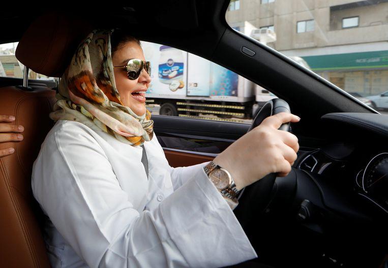Samira al-Ghamdi, een psychologe in Jeddah, maakt in juni vorig jaar gebruik van haar zojuist verworven recht auto te rijden. Beeld REUTERS