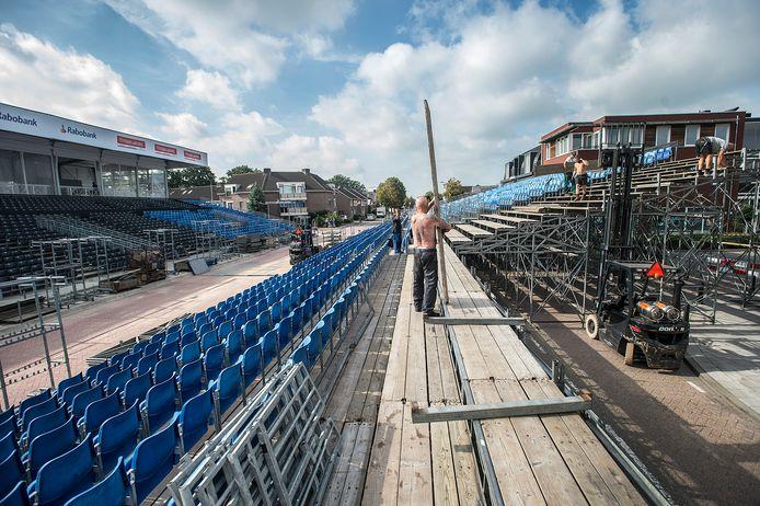 Opbouw van de tribunes op het Oranjeplein. Erachter is een grote representatieve ruimte neergezet. Die moet er voortaan elk jaar komen en kost de gemeente Zundert zo'n 30.000 euro per jaar