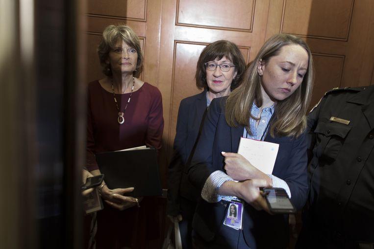 De Republikeinse senatoren Lisa Murkowski (links) en Susan Collins (midden) in een lift in het Capitol op weg naar een lunch van de partij. Het tweetal zal na lezing van het FBI-rapport beslissen of zij voor de benoeming van Kavanaugh zullen stemmen. Beeld AFP