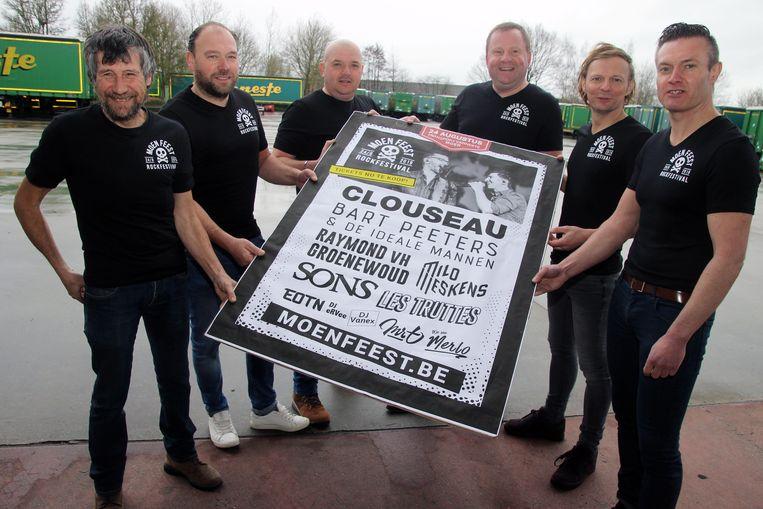 De bestuursleden van Moen Feest stellen met trots de affiche voor.