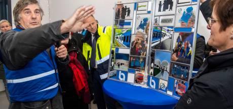 Twentse reizigersclub blij met nieuw piketpaaltje op weg naar Nedersaksenlijn