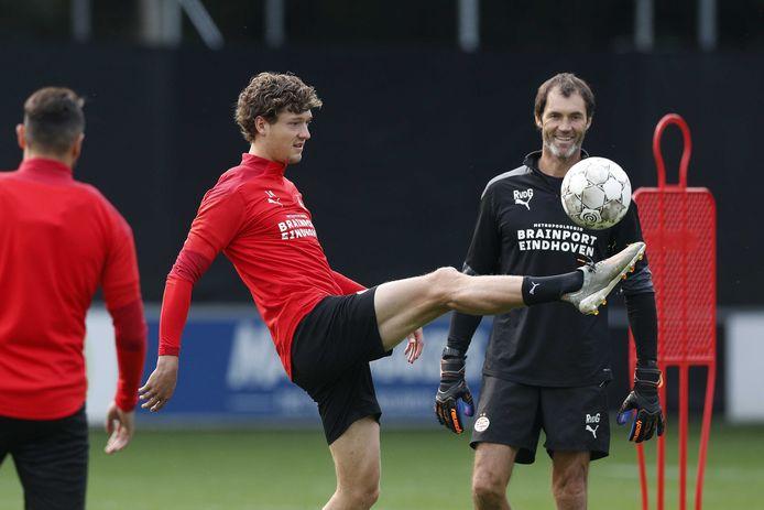 Sam Lammers en keeperstrainer Raimond van der Gouw van PSV.