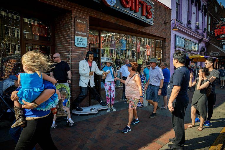 Toeristen bij Legend Gifts, een souvenierwinkel op Broadway in Nashville, Tennessee. Beeld Theo Stielstra