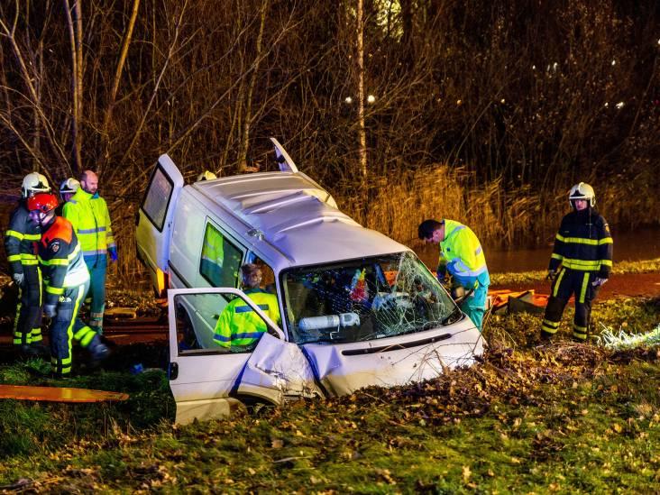 Gewonde bij heftig ongeluk in Oosterhout: busje raakt van de weg en ramt boom