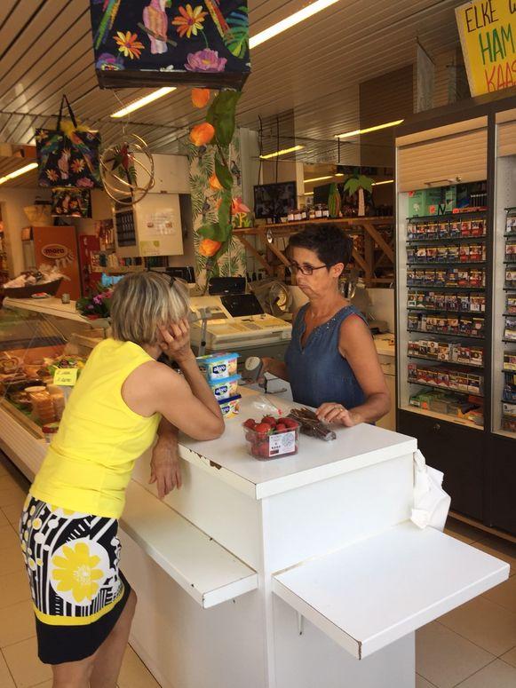Bij Thuismarkt Hardy maakt Myriam ook tijd voor een luisterend oor en een babbel met de klanten die er over de vloer komen.