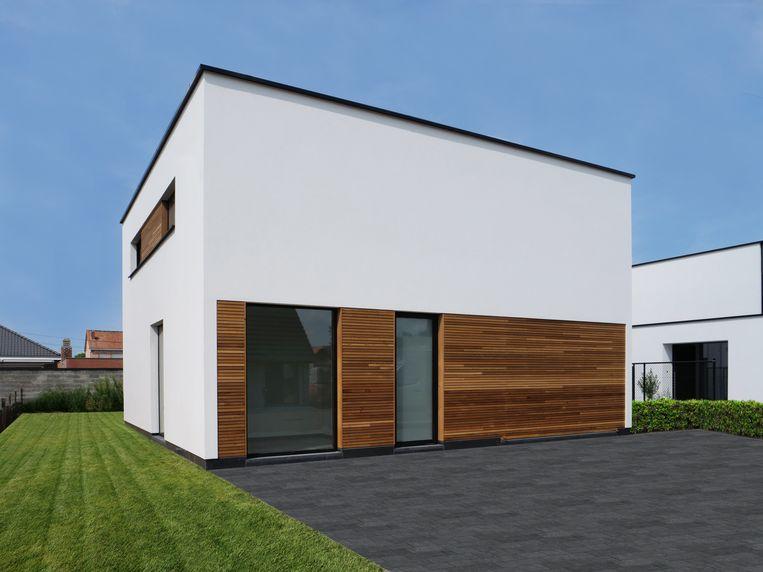 De buitengevel van Joeri's woning is afgewerkt met gevelpleister en cederhout.