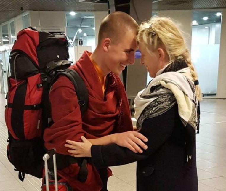 Monnik Giel kwam voor de feestdagen naar huis en sloot z'n moeder onmiddellijk in de armen. Hij verblijft nu twee maanden in ons land.