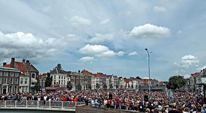 Honderden mensen op de Koningsbrug.