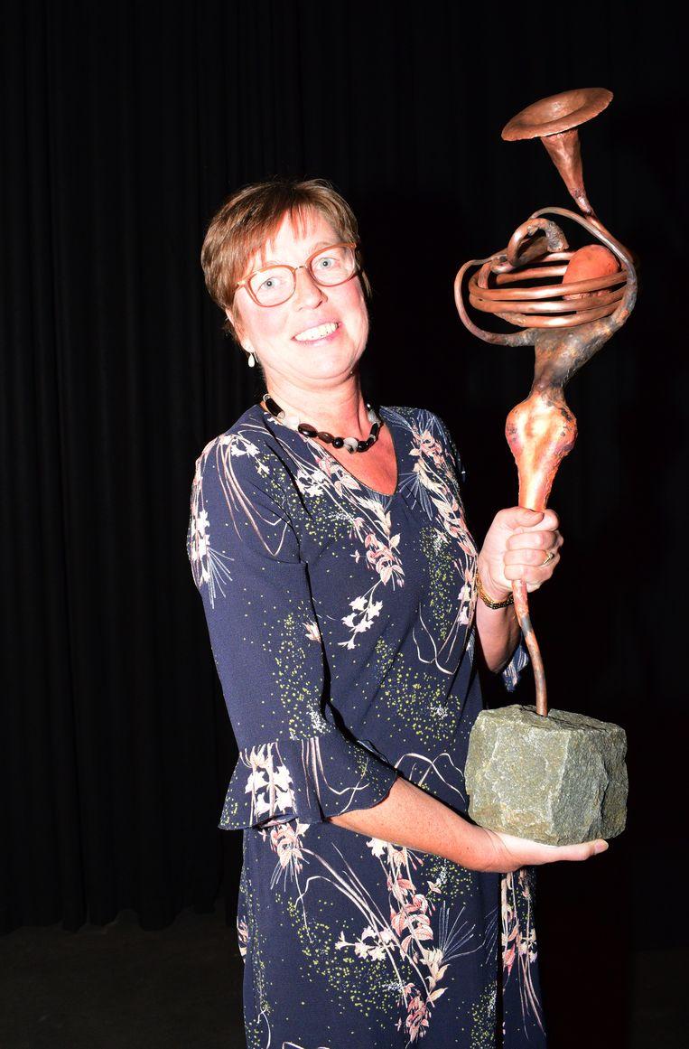 De koninklijke fanfare Sint Cecilia Zonnebeke won eerder de Cultuurtrofee. Op de foto voorzitter Marian Vandecatseele met het kunstwerk.