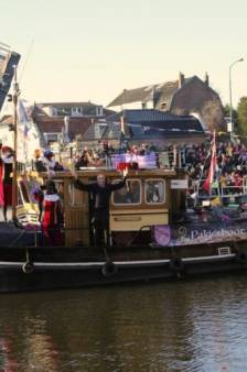 Chris bestuurt de pakjesboot tijdens Sinterklaasintocht: 'Duizenden ogen zijn op ons gericht'
